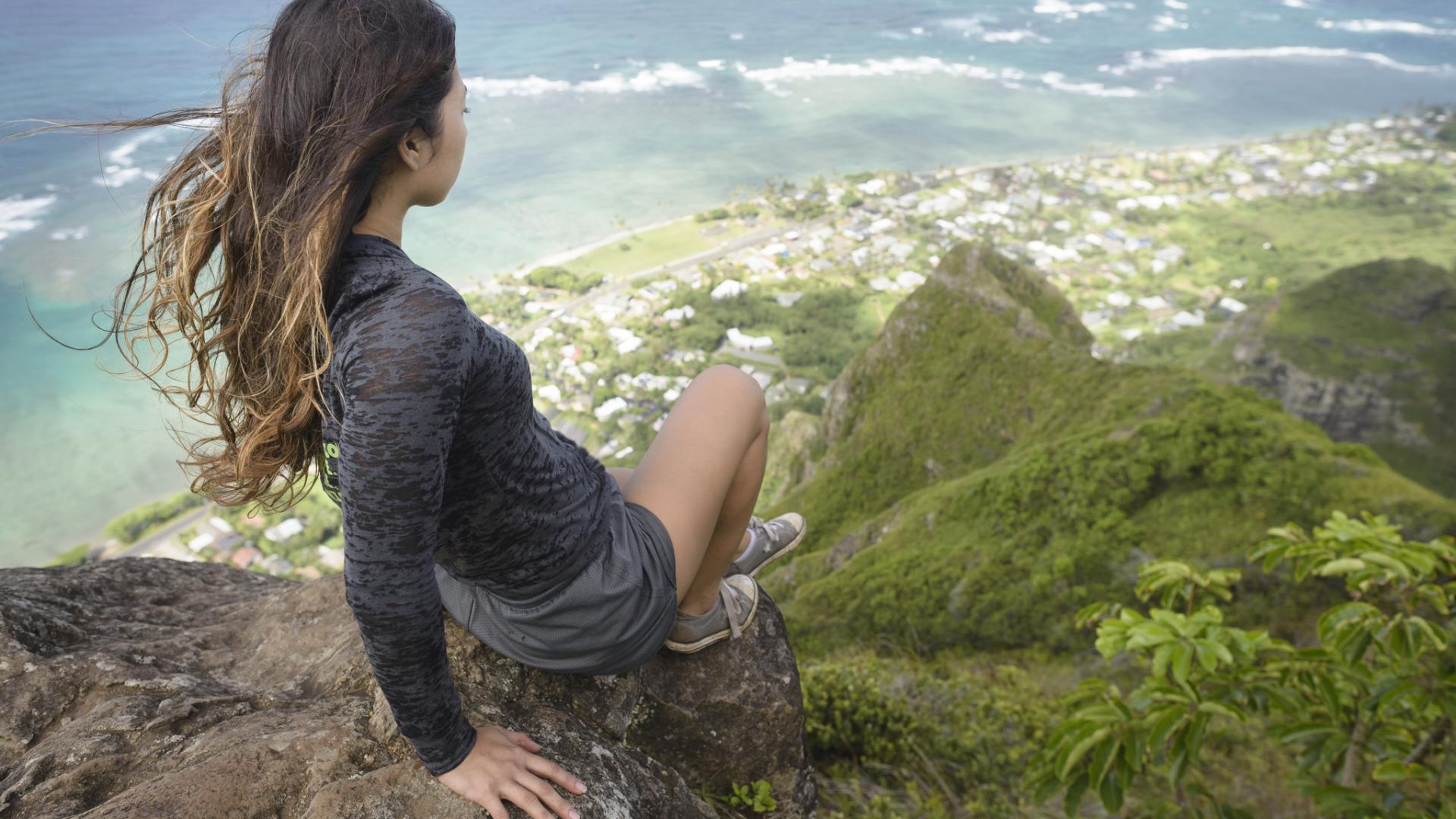 Фото девушки со спины на обрыве