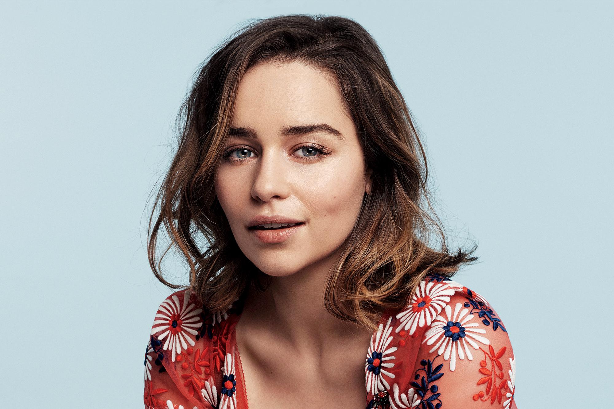 Biografi Emilia Clarke föddes i London och växte upp i Berkshire 4 Clarkes far var ljudtekniker på teater 1 och hennes mor affärskvinna medan brodern