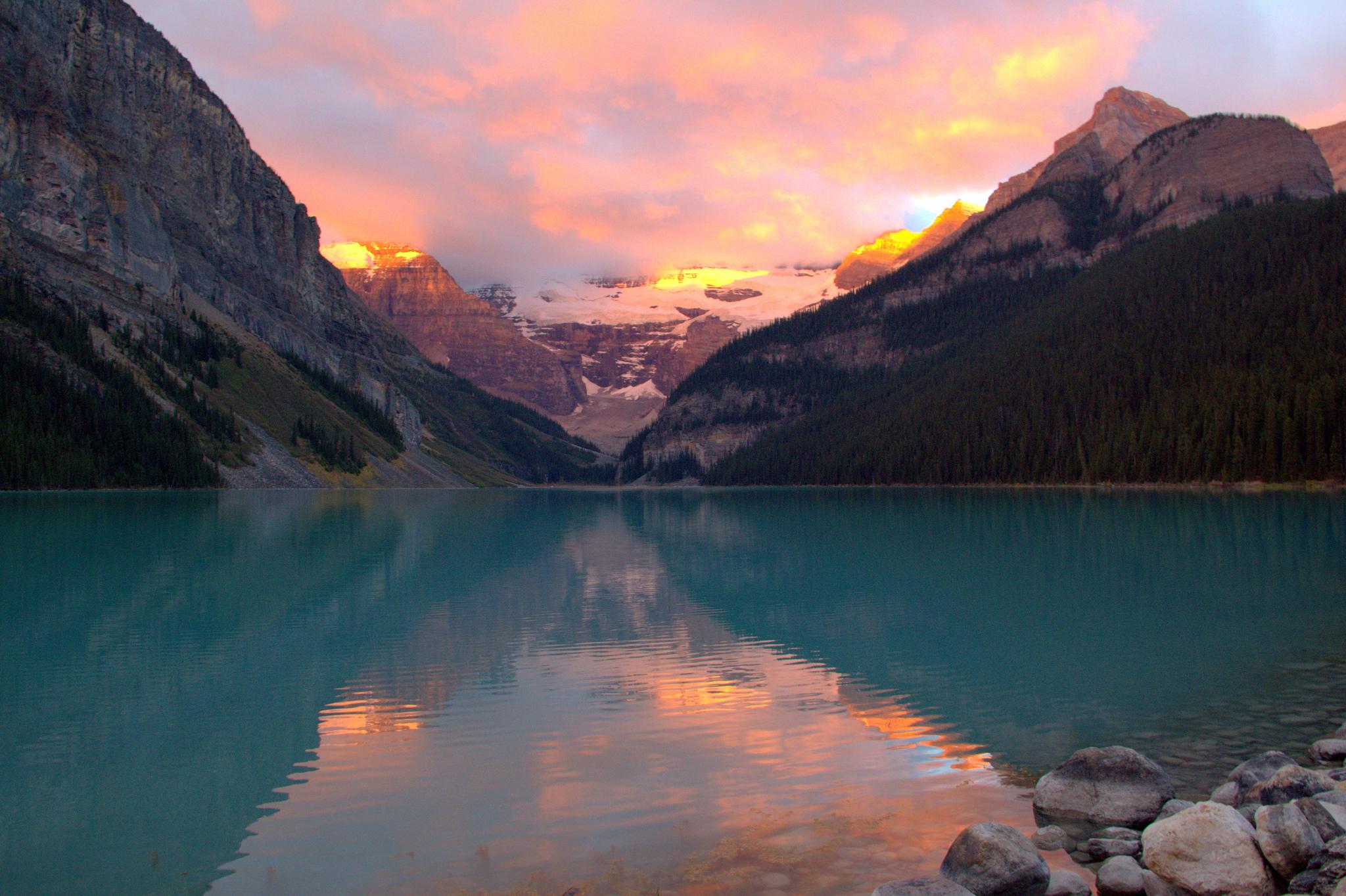 Облака над озером, галька, горы, лес  № 2950419 бесплатно