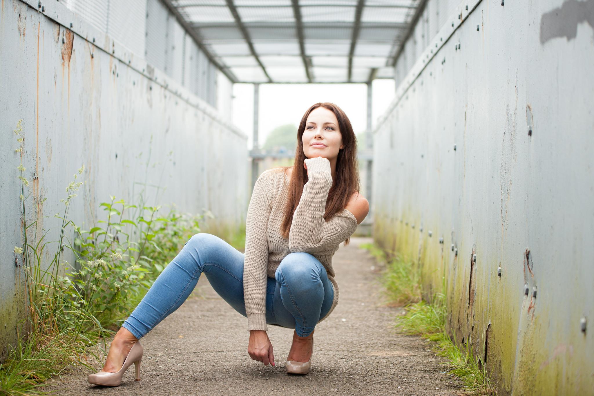 симпатичная девушка сидит на лице - 14