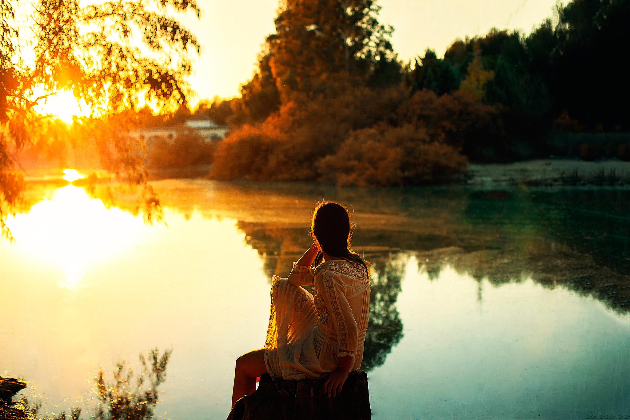 Красивые снимки голой девушки на закате солнца у реки  72718