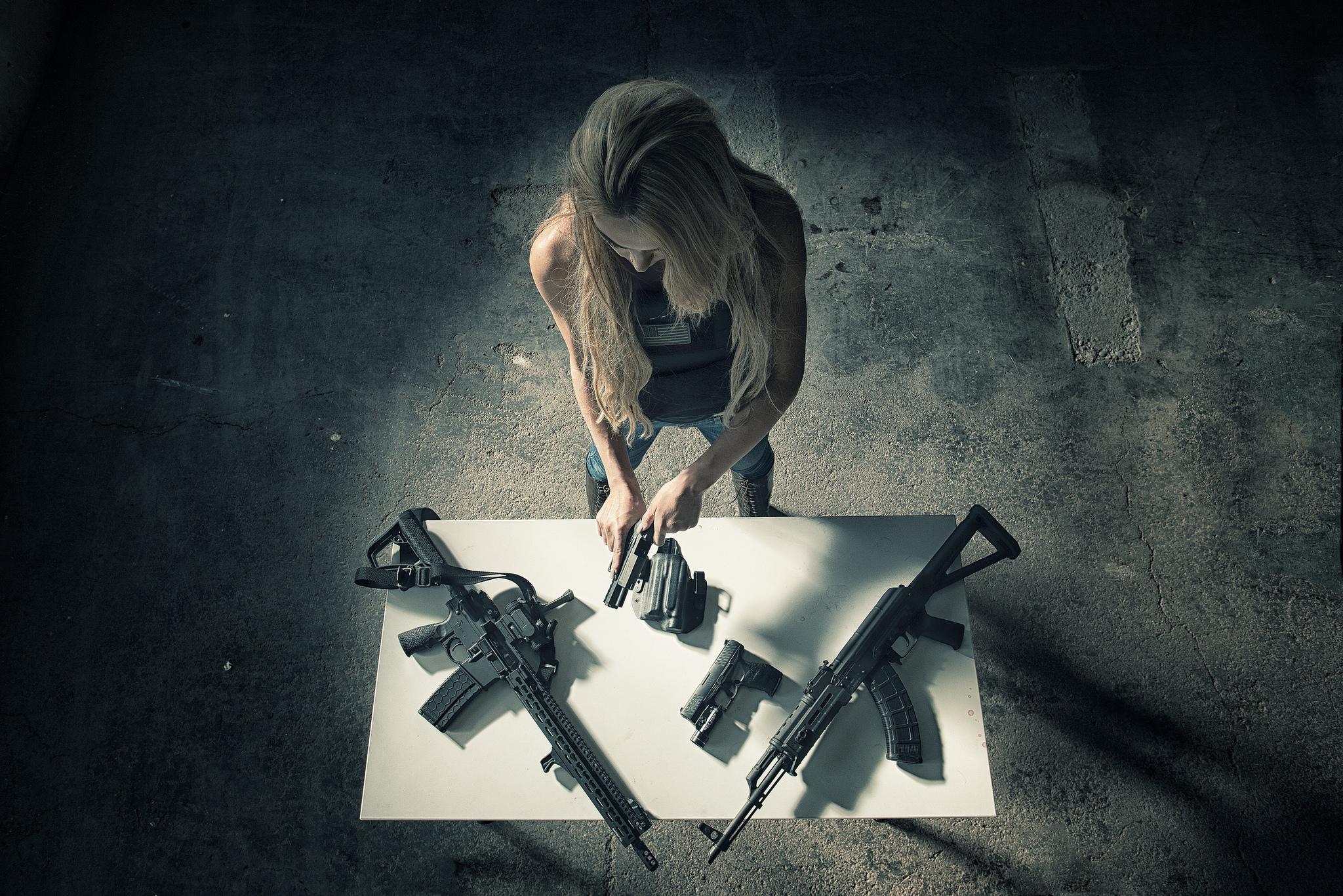 Обои для рабочего стола 1366 768 девушки с оружием