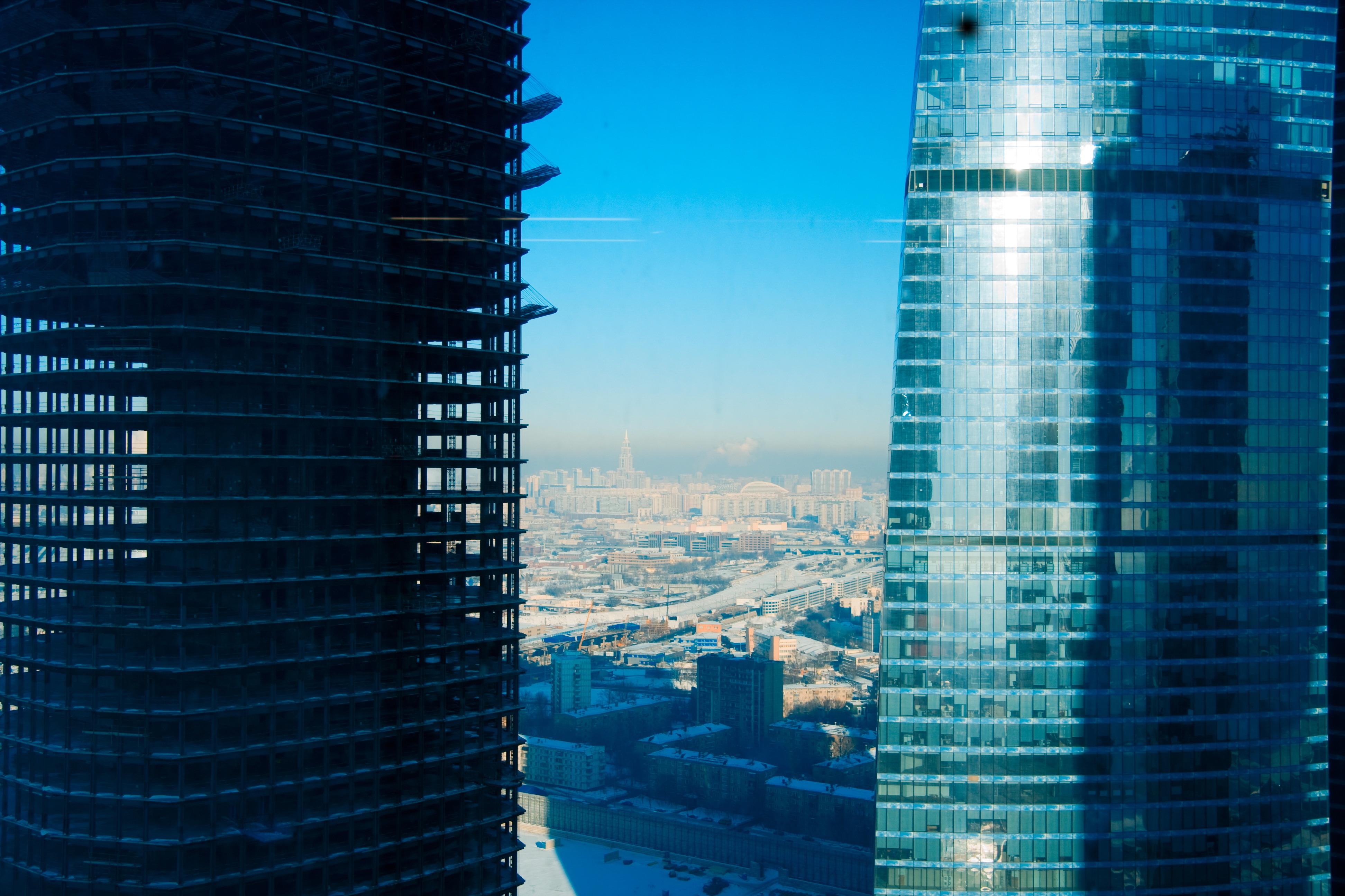 овальное стеклянное здание  № 2214558 без смс