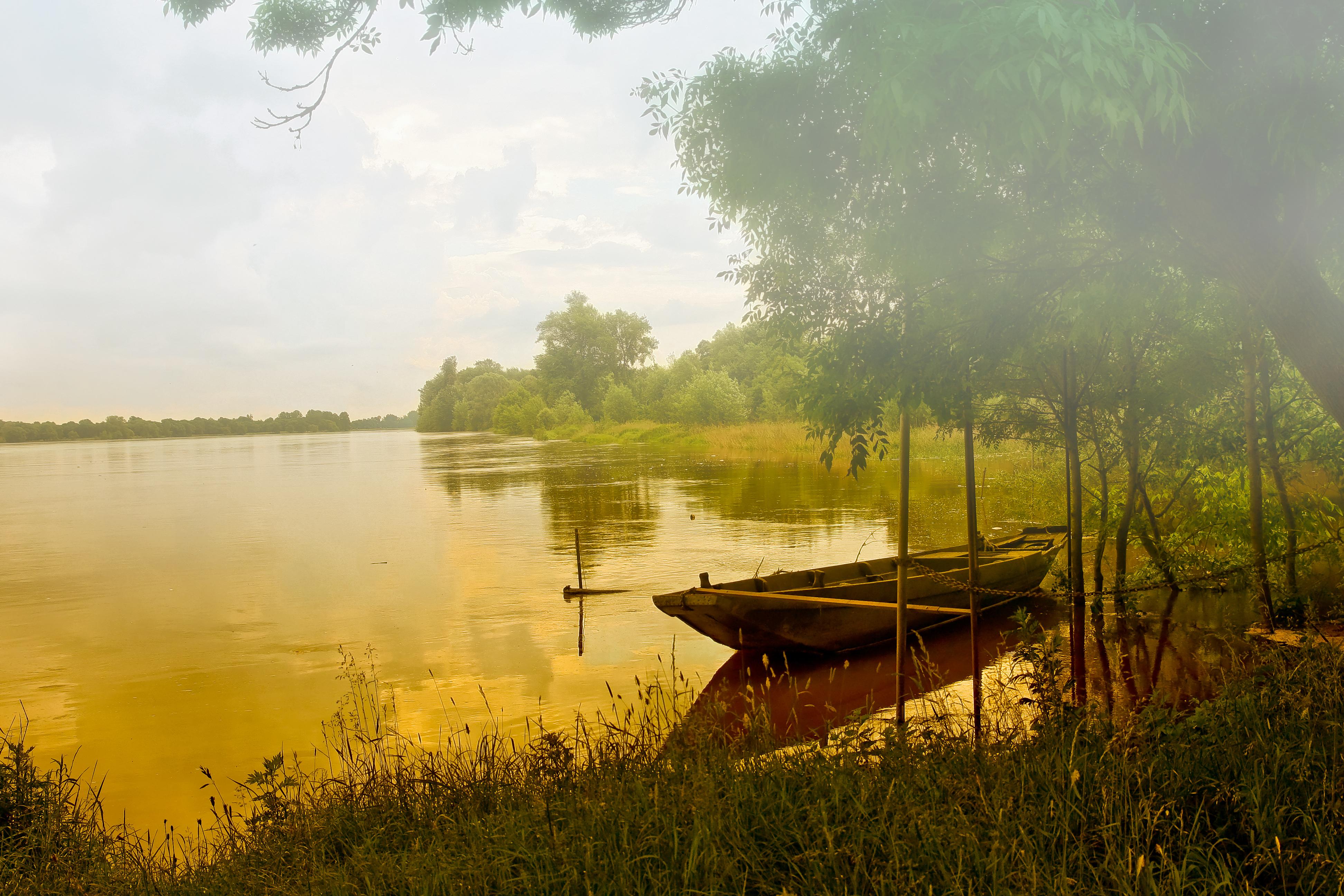 Лодка на берегу зеленого озера  № 2492945  скачать