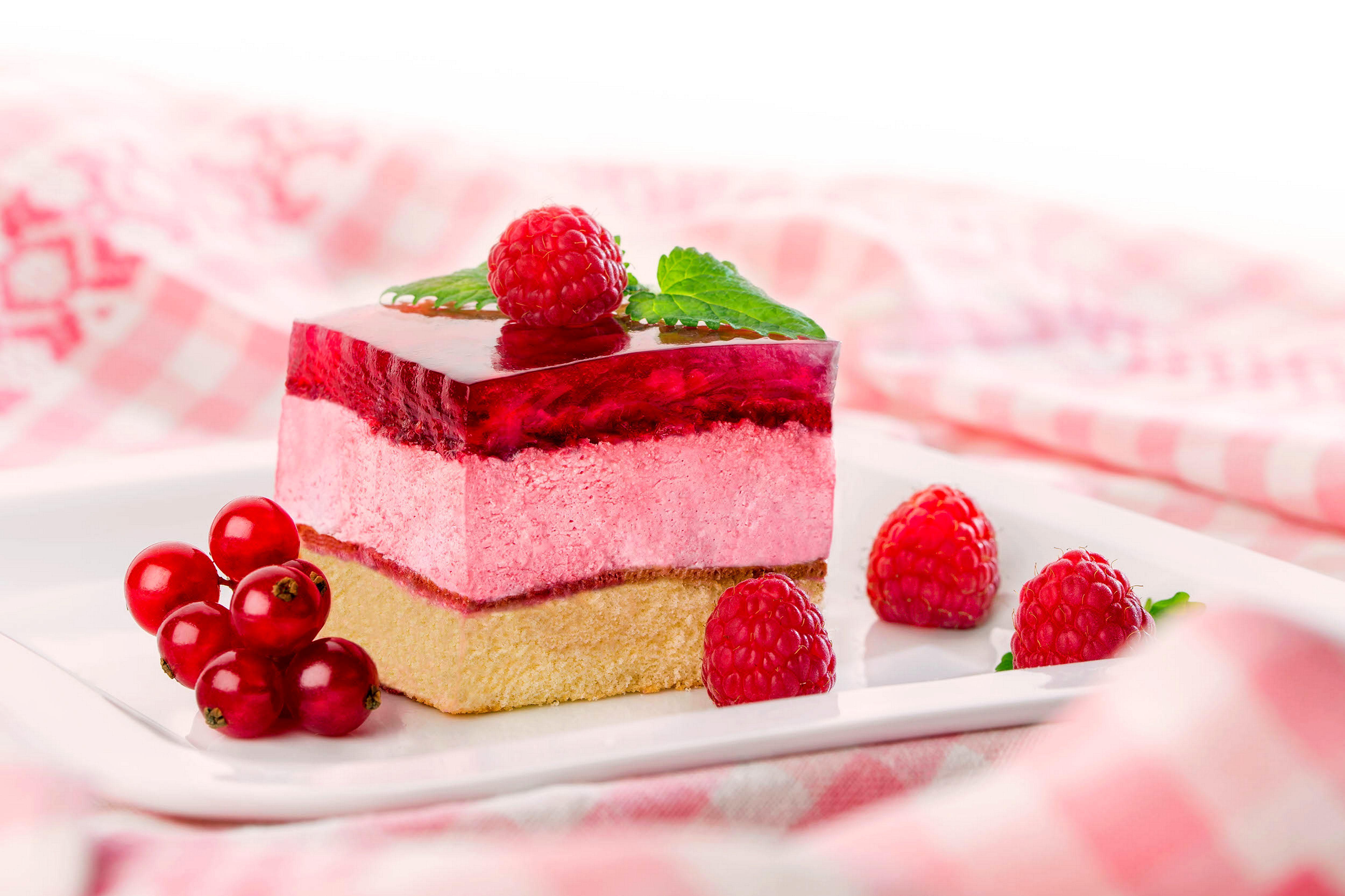 Белый торт с кусочками фруктов  № 2171478  скачать