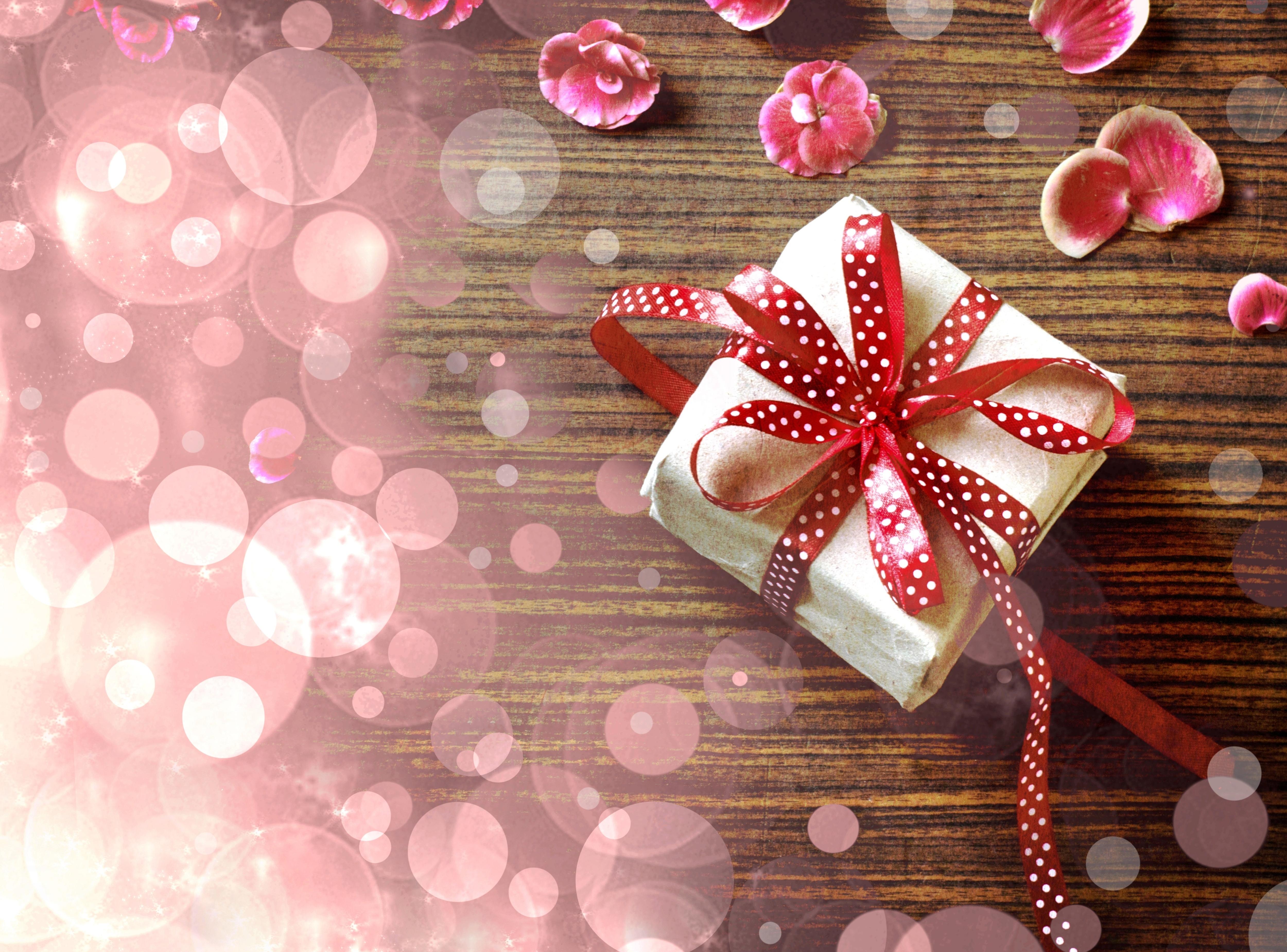 С днем рождения картинка подарок