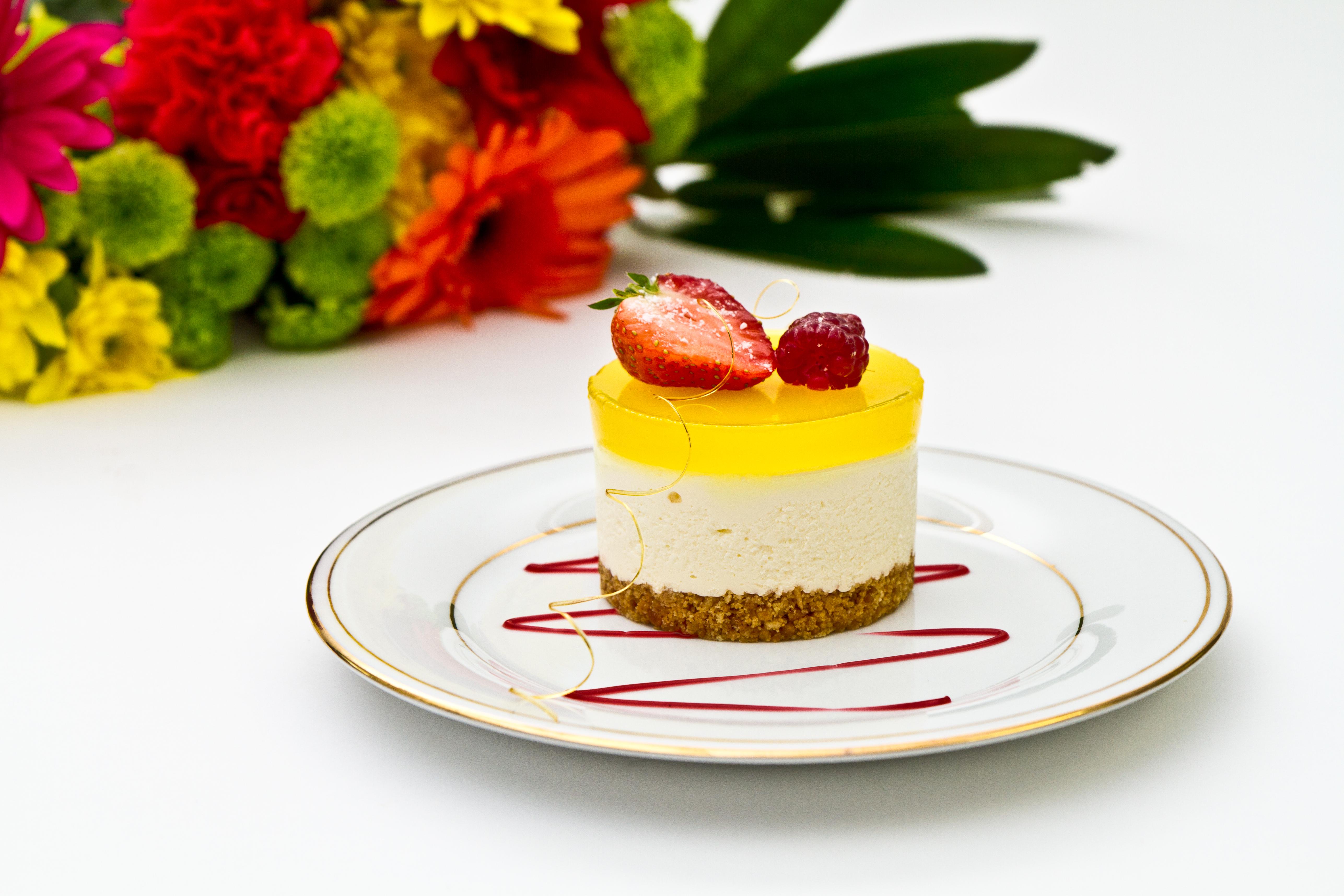 пирожное клубника тарелка десерт  № 3679704 бесплатно