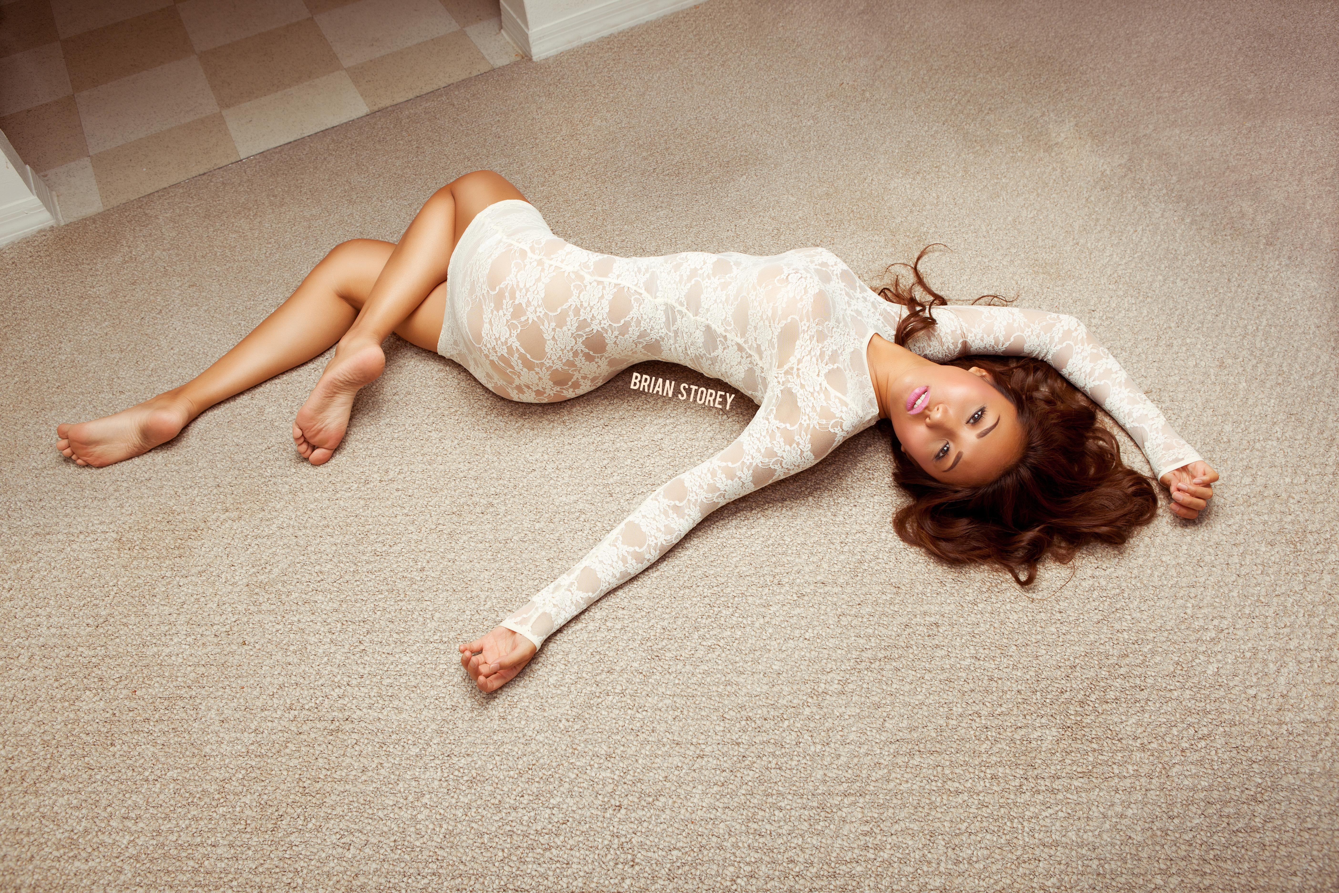 Худощавая цыпочка лежит голышом на полу спальни  314349