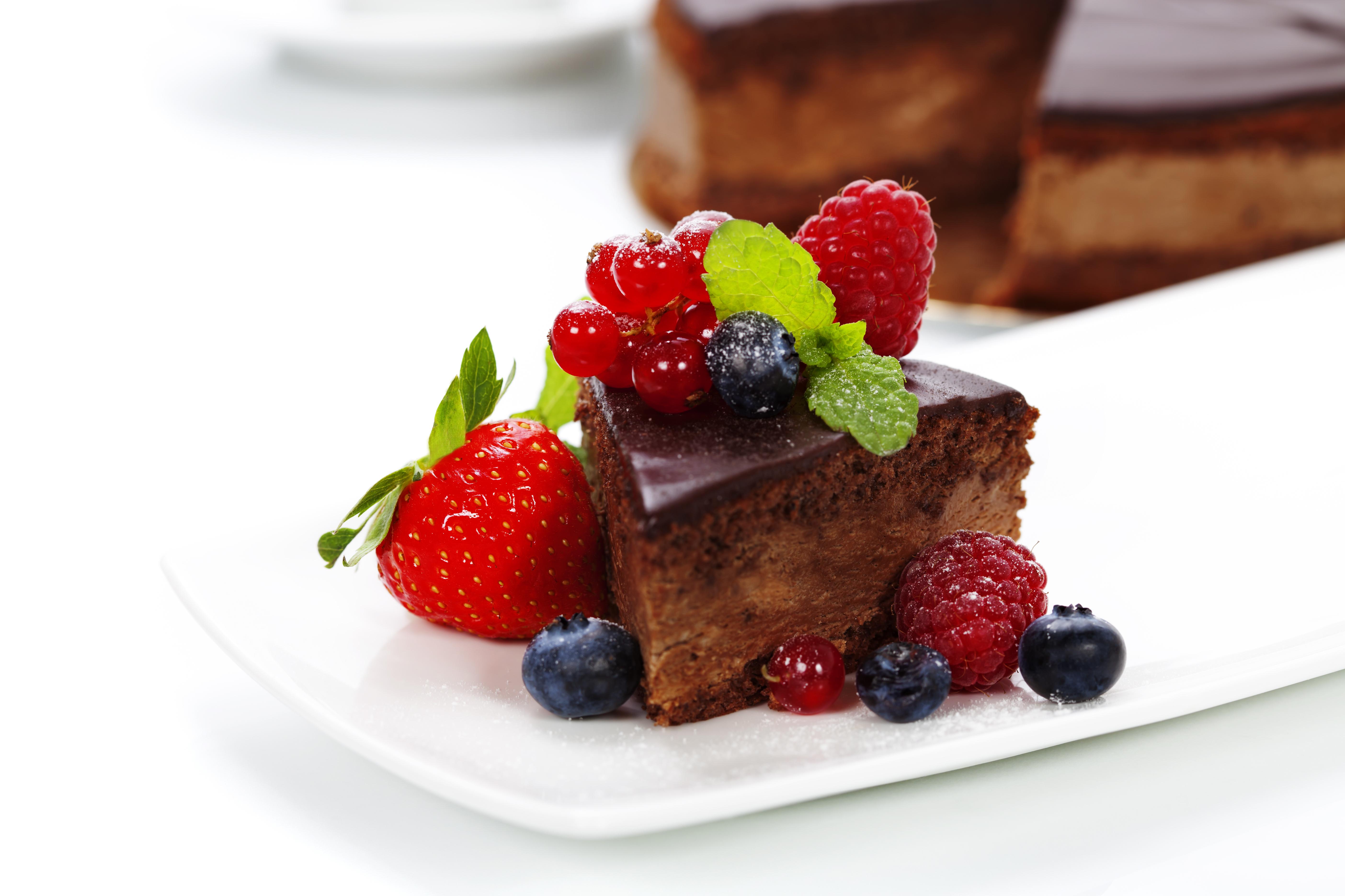 Белый торт с кусочками фруктов  № 2171466 бесплатно