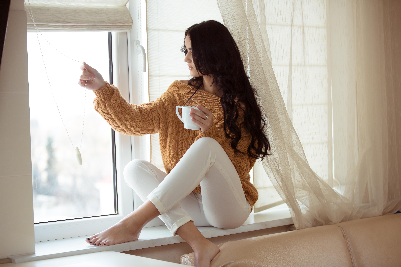 красотка,окно,сидит,кофе  № 418165  скачать