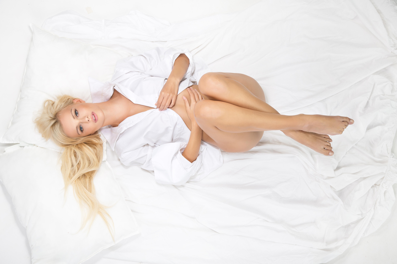 Эротическое шоу от девушки на мягкой белой постели  635237