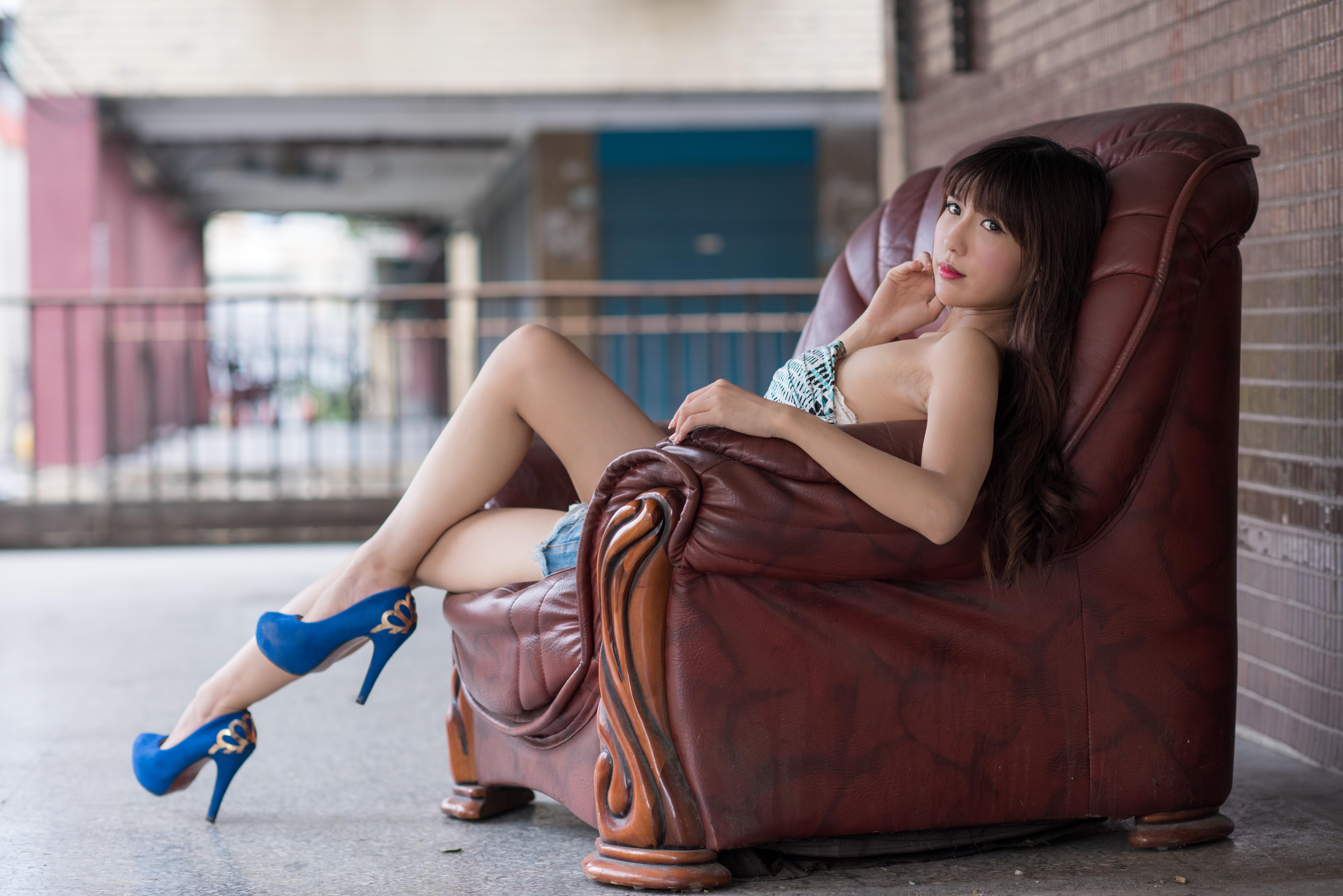 симпатичная девушка сидит на лице - 10