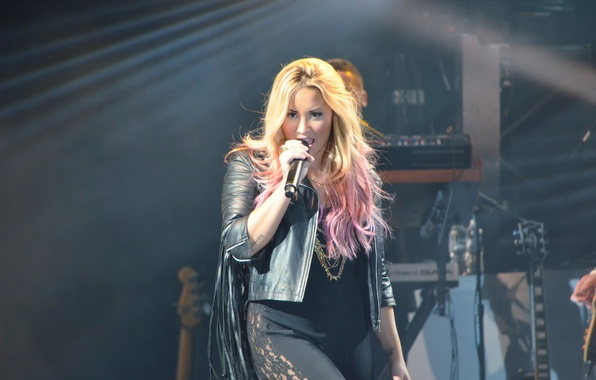 Picture microphone, singer, Demi Lovato, Hot Chelle Rae