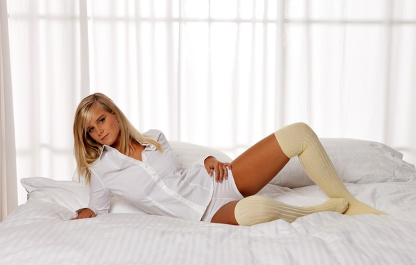 Picture BLONDE, BED, SHORTS, KNEE, SHIRT, Marry Queen