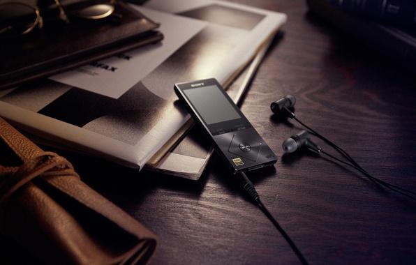 Picture table, headphones, hi-tech, h.earin, sony walkman
