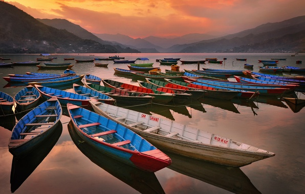 Picture the sky, mountains, lake, boats, the evening