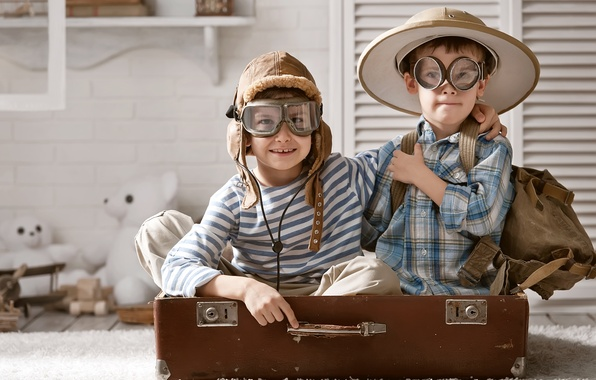 Picture children, the game, toys, hat, glasses, suitcase, backpack, bears