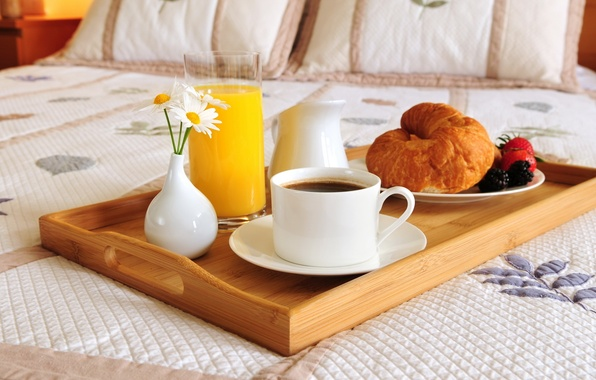Picture flowers, glass, berries, coffee, food, chamomile, pillow, Breakfast, strawberry, Cup, bed, plates, vase, glass, food, ...
