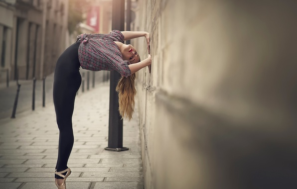 Picture the city, wall, grace, ballerina, Pointe shoes, Marine Fauvet