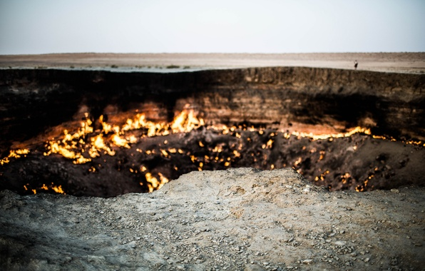 Picture the sky, fire, desert, people, horizon, edge, gas, Turkmenistan, Darvaz, Darvaza crater