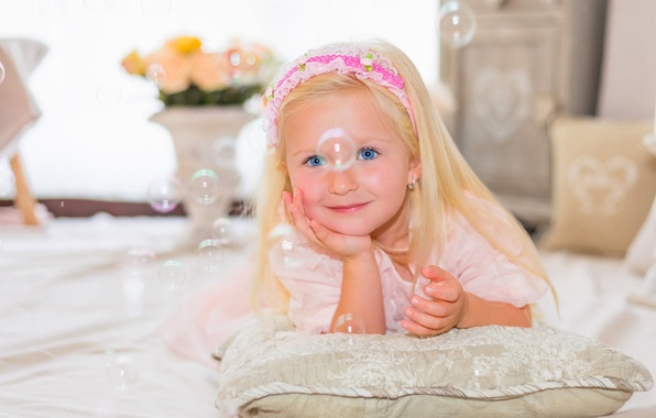 Picture look, smile, mood, bubbles, girl, pillow, blue eyes
