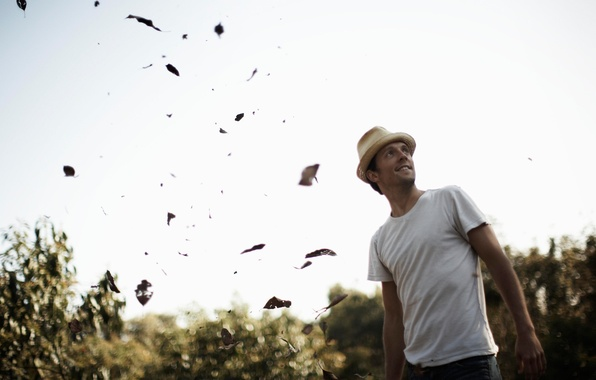 Picture guy, falling leaves, singer, look to the sky, jason mraz