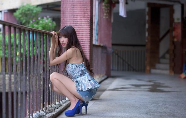 азиатка сидит на лице фото