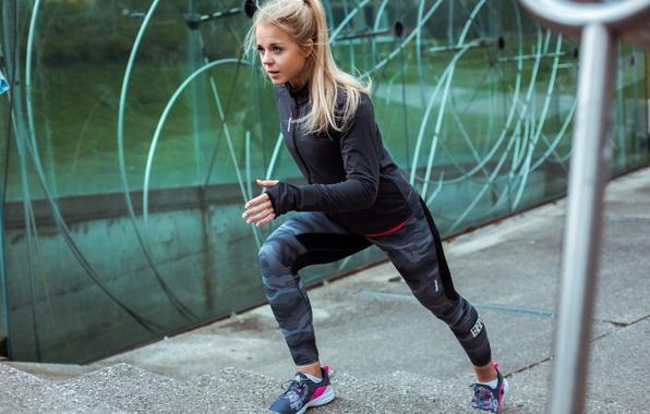 Picture blonde, athlete, training, running, running track, Maren schiller