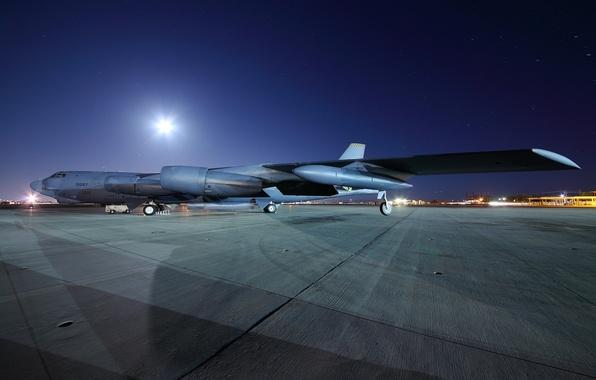 Picture night, the plane, the airfield