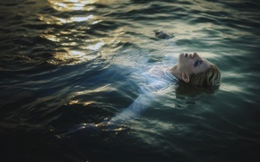 Picture girl, makeup, in the water, TJ Drysdale, Dead In The Water