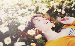 Wallpaper greens, field, white, grass, girl, joy, happiness, flowers, yellow, smile, background, widescreen, Wallpaper, mood, chamomile, ...