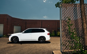 Picture white, black, the building, bmw, BMW, profile, white, drives, crossover, e70, x5m, blinds