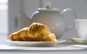 Picture kettle, Cup, saucer, croissant