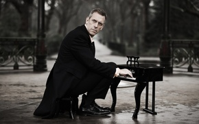 Picture alley, coat, Hugh Laurie, piano