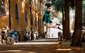 Picture girl, the city, street, gravity