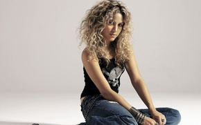 Picture girl, music, hair, skull, Mike, blonde, singer, sitting, curls, Shakira, shakira