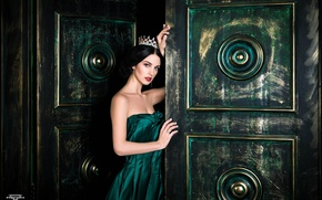 Picture Gothic, model, the door, Queen, green dress, Alla Berger, dark