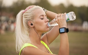 Picture outdoors, running, physical activity, jogging, hydration