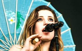Picture microphone, singer, Sydney Sierota, Echosmith