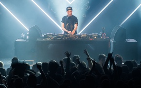 Picture people, neon, dancing, eletronic music, disc jockey, DJ