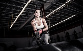Picture woman, hammer, tire, rubber, crossfit