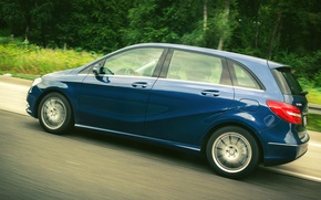 Picture grass, side, road, blue, wallpapers, front, mersedes, wheel, drive, door, motion, B-Class, tail light