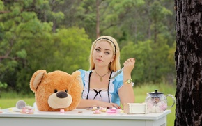 Picture girl, table, head, bear, knife
