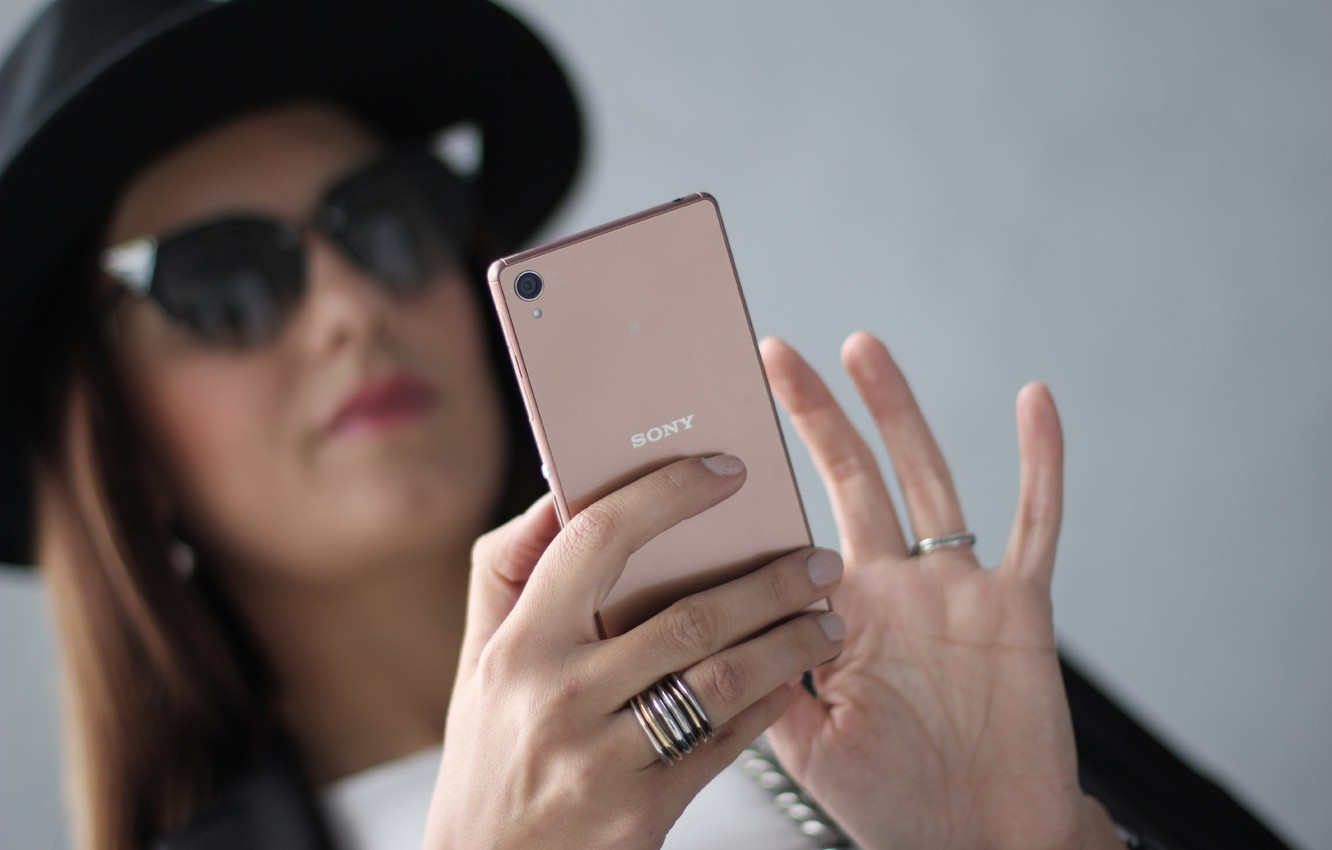Photo wallpaper girl, hand, hat, girl, copper, brown hair, hat, Sony, android, hi-tech, smartphone, manicure, smartphone, selfie, …