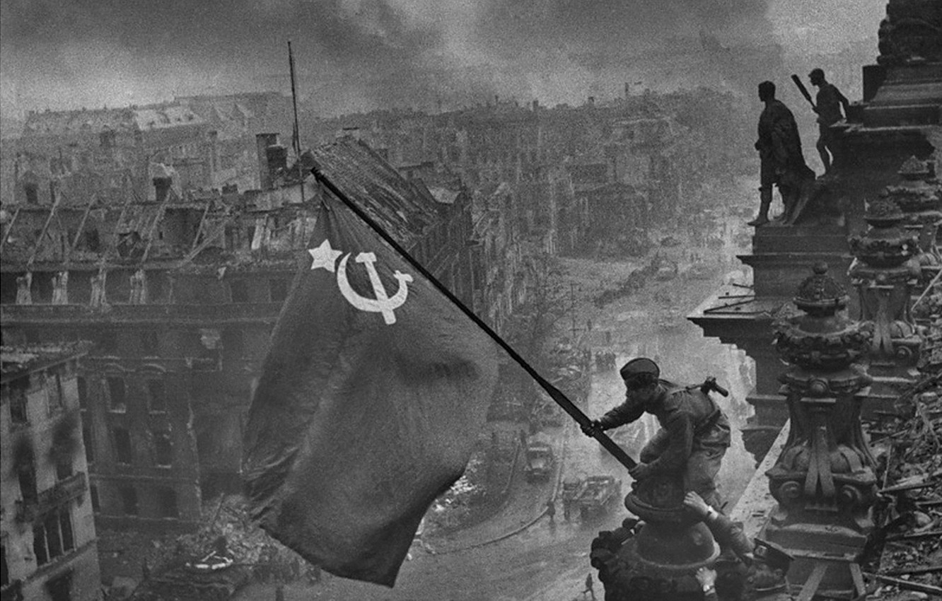 Photo wallpaper May 9, victory day, the flag over the Reichstag