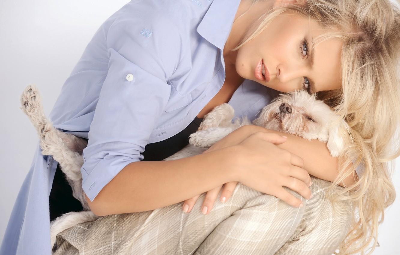 Photo wallpaper girl, model, hair, dog, actress, blonde, singer, blue-eyed, curls, hug, Luisana Lopilato, Luisana Lopilato