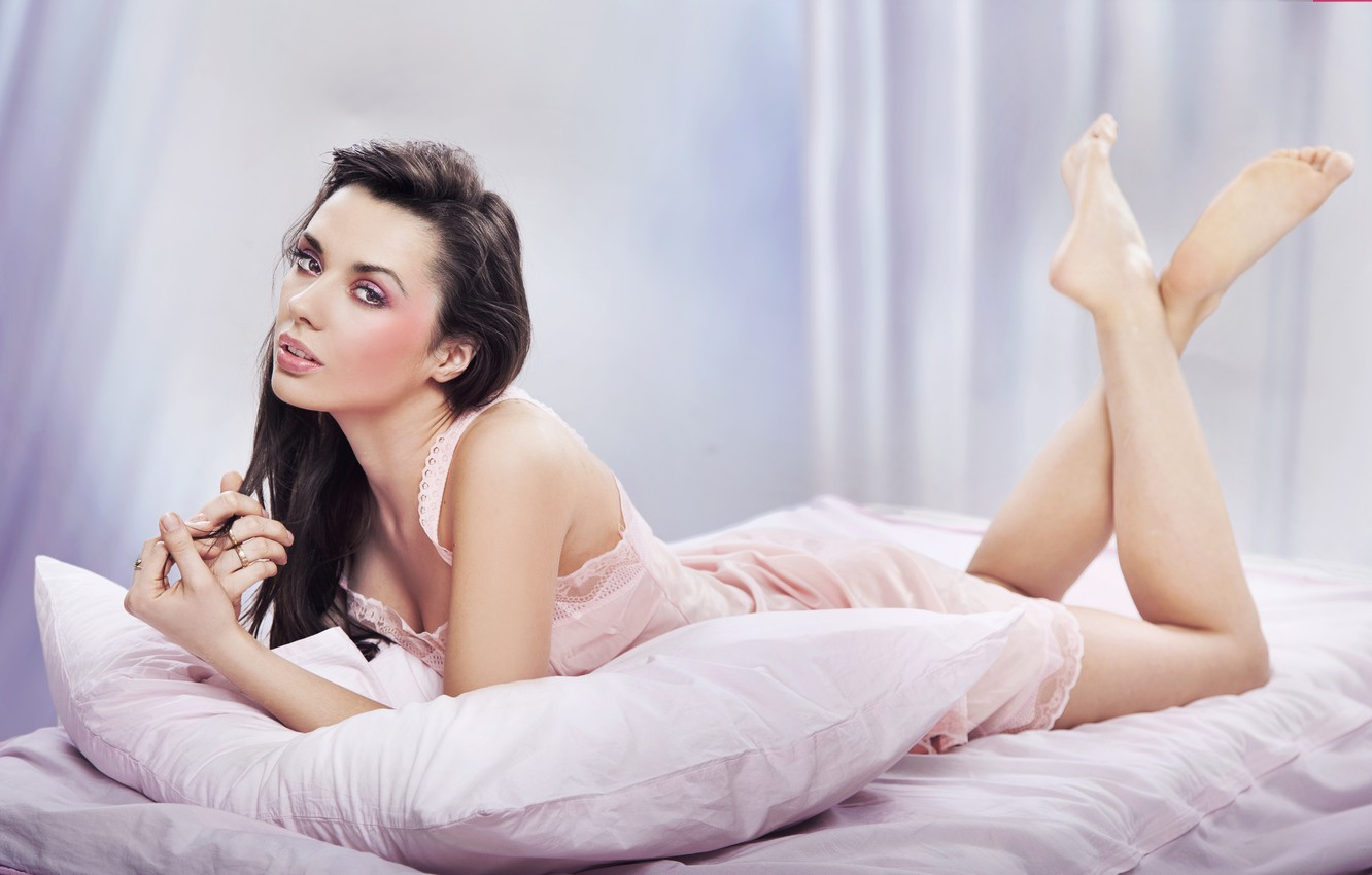 Photo wallpaper look, girl, model, hair, bed, makeup, pillow, blush