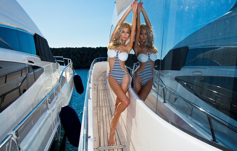 Два парня трахают подругу на яхте под солнцем