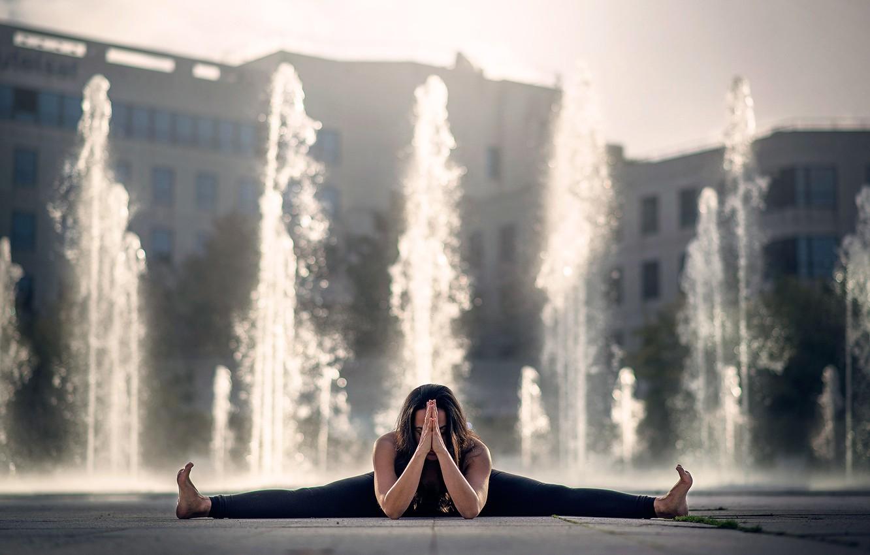 Photo wallpaper girl, fountain, twine, Gemma Vassallo