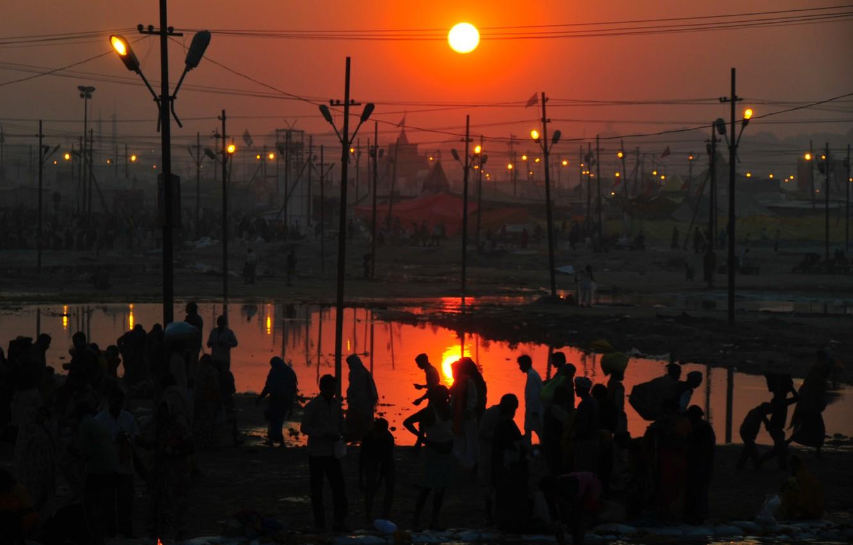 Photo wallpaper twilight, sunset, people, dusk, cityscape, India, silhouettes, lamp posts, urban scene, power lines, Allahabad